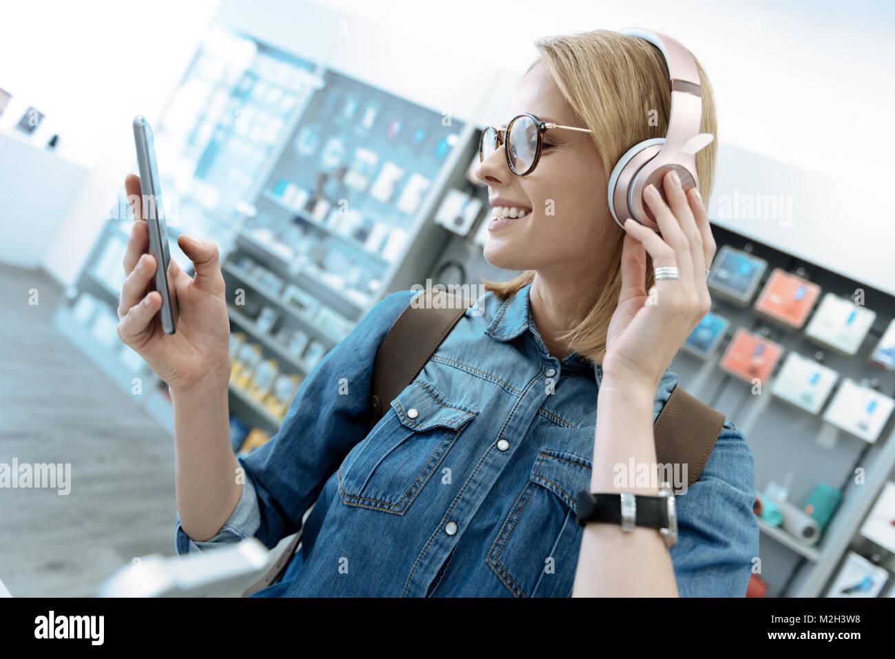 Chica alegre expresando positividad en shop Imagen De Stock