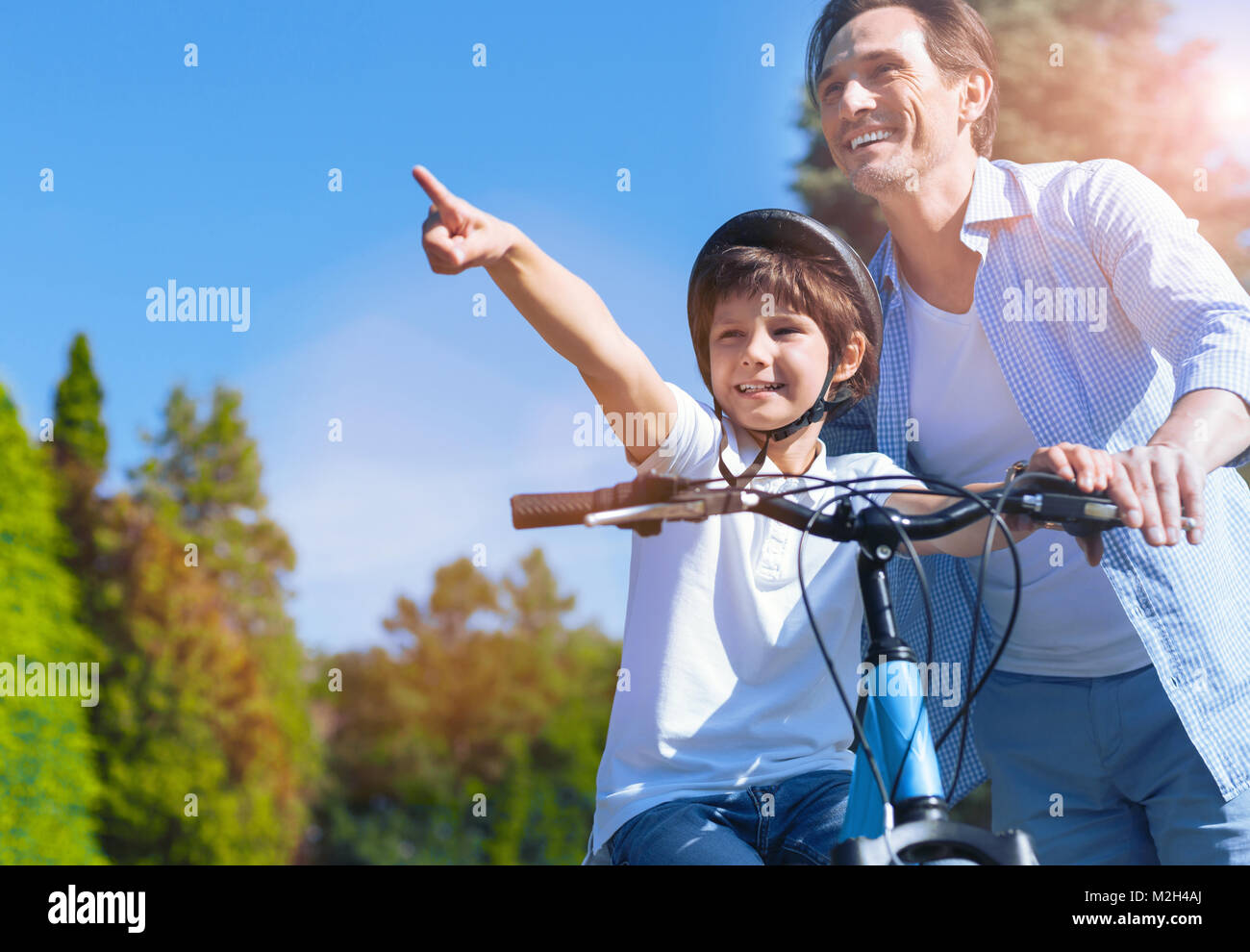 Familia de aventureros en bicicleta Equitación park Imagen De Stock