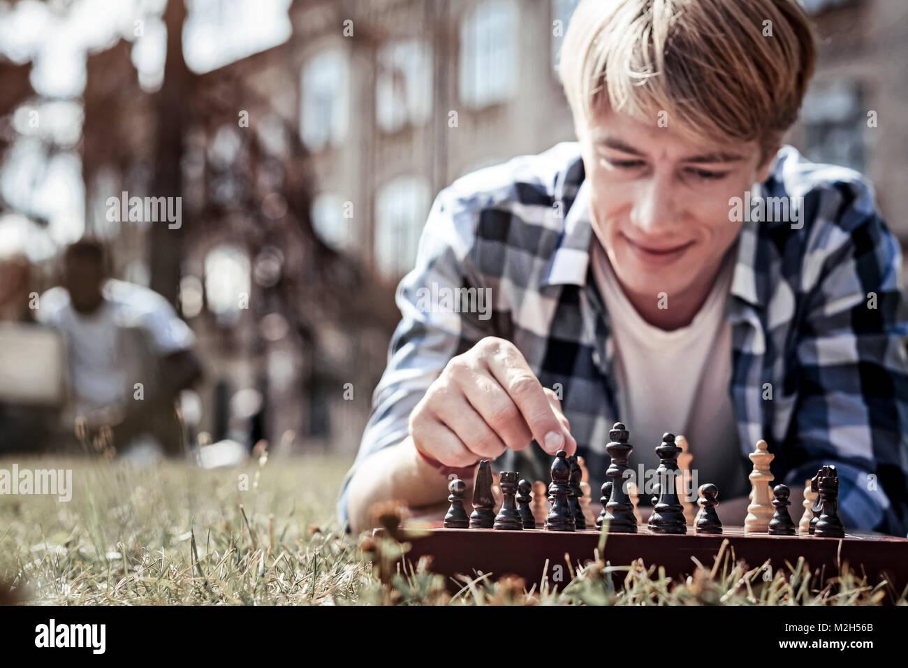 El enfoque selectivo de un tablero de ajedrez Foto de stock