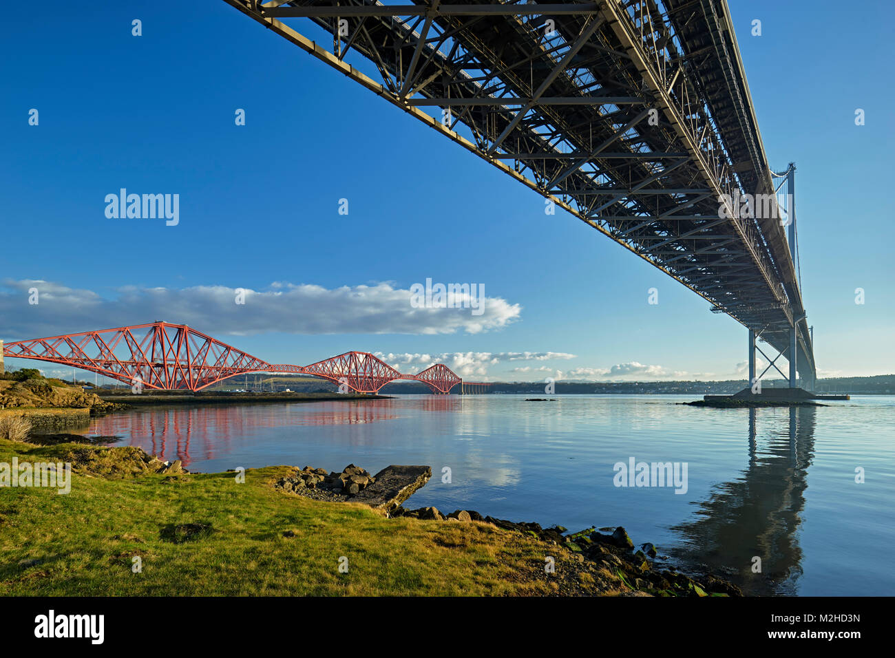 Forth Road Bridge y el puente ferroviario de Forth desde North Queensferry, Fife, Escocia. Foto de stock
