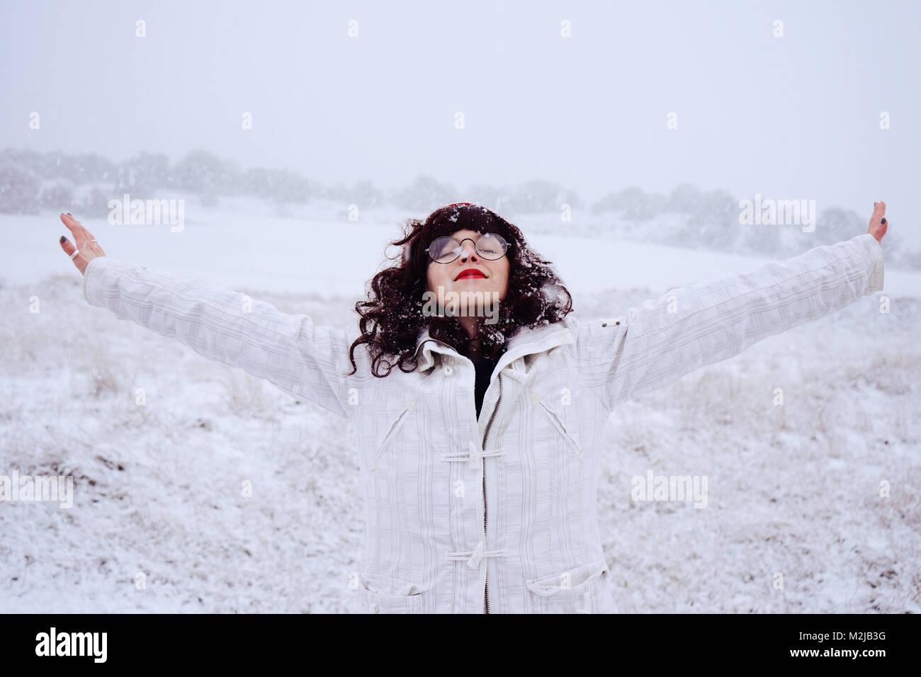 Lindo joven mujer disfrutando de un día de nieve Imagen De Stock