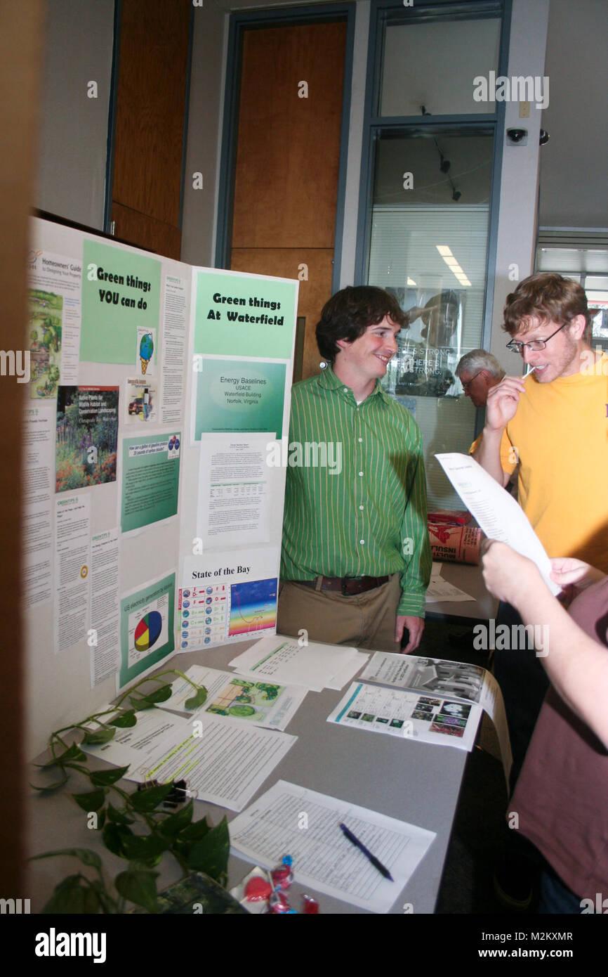 Los empleados del Distrito de Norfolk participar en un simposio celebrado el día de la tierra en el distrito Imagen De Stock