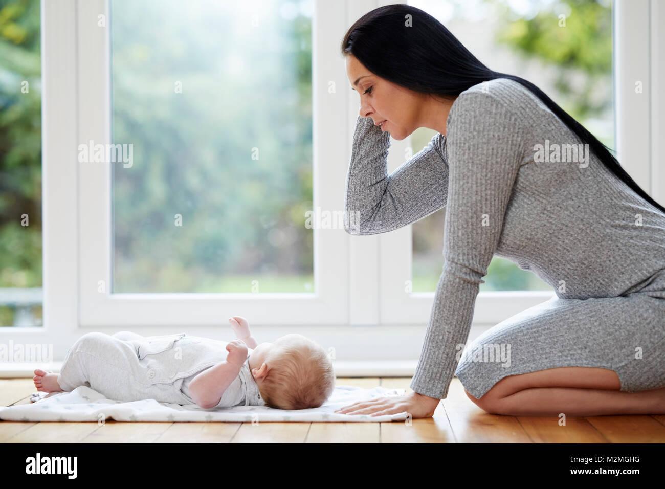 Madre busca estresado con su bebé Imagen De Stock