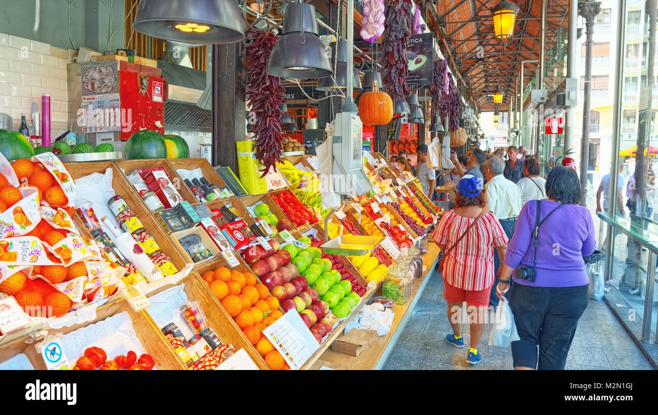 Madrid, España- Junio 06, 2017 : vista interior con pueblos de mercado de San Miguel (en español: Mercado de San Miguel) es un mercado cubierto ubicado en Madri Foto de stock