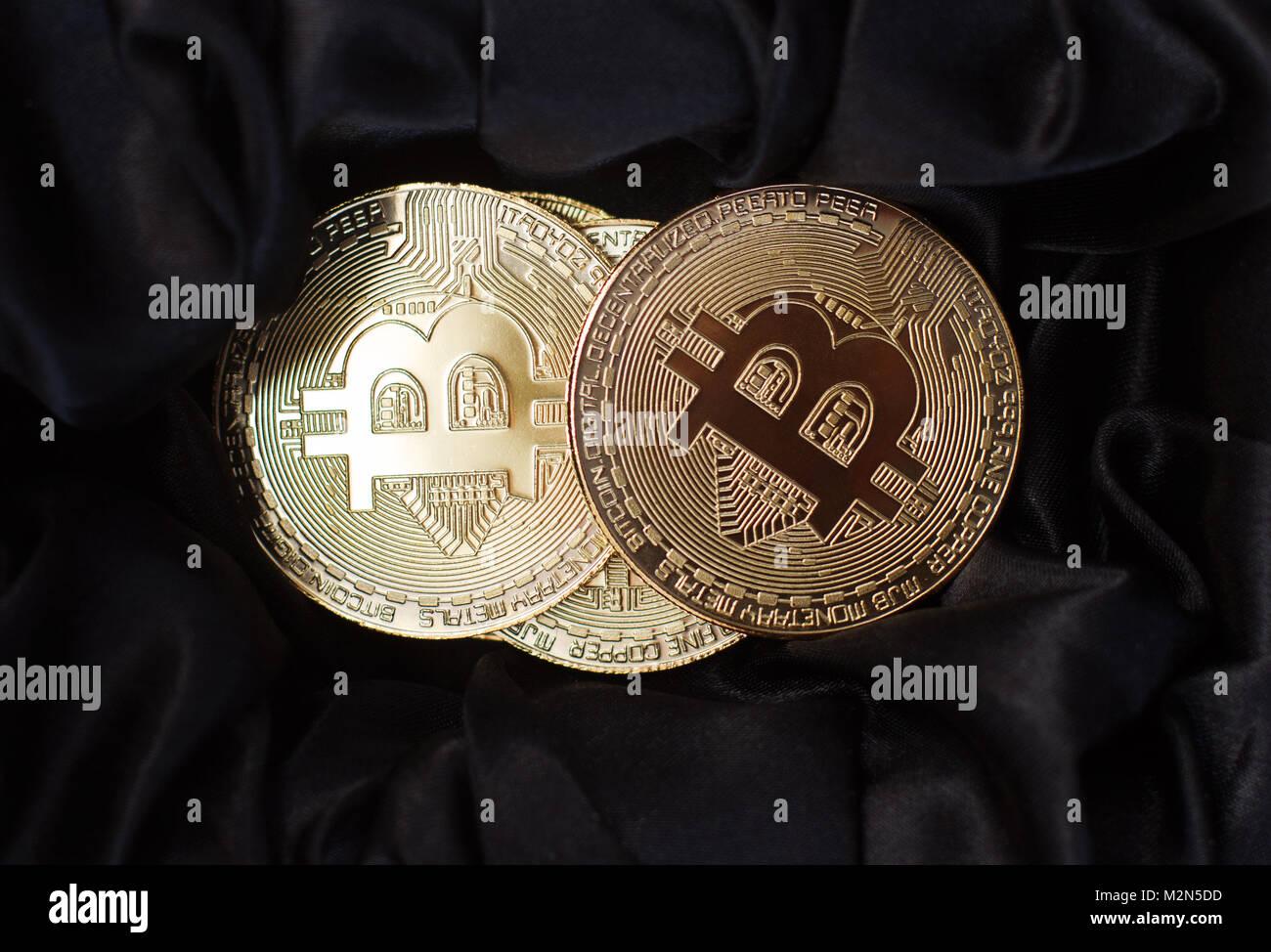 Vista superior horizontal closeup de bitcoin monedas metálicas de oro sobre fondo de terciopelo negro Imagen De Stock