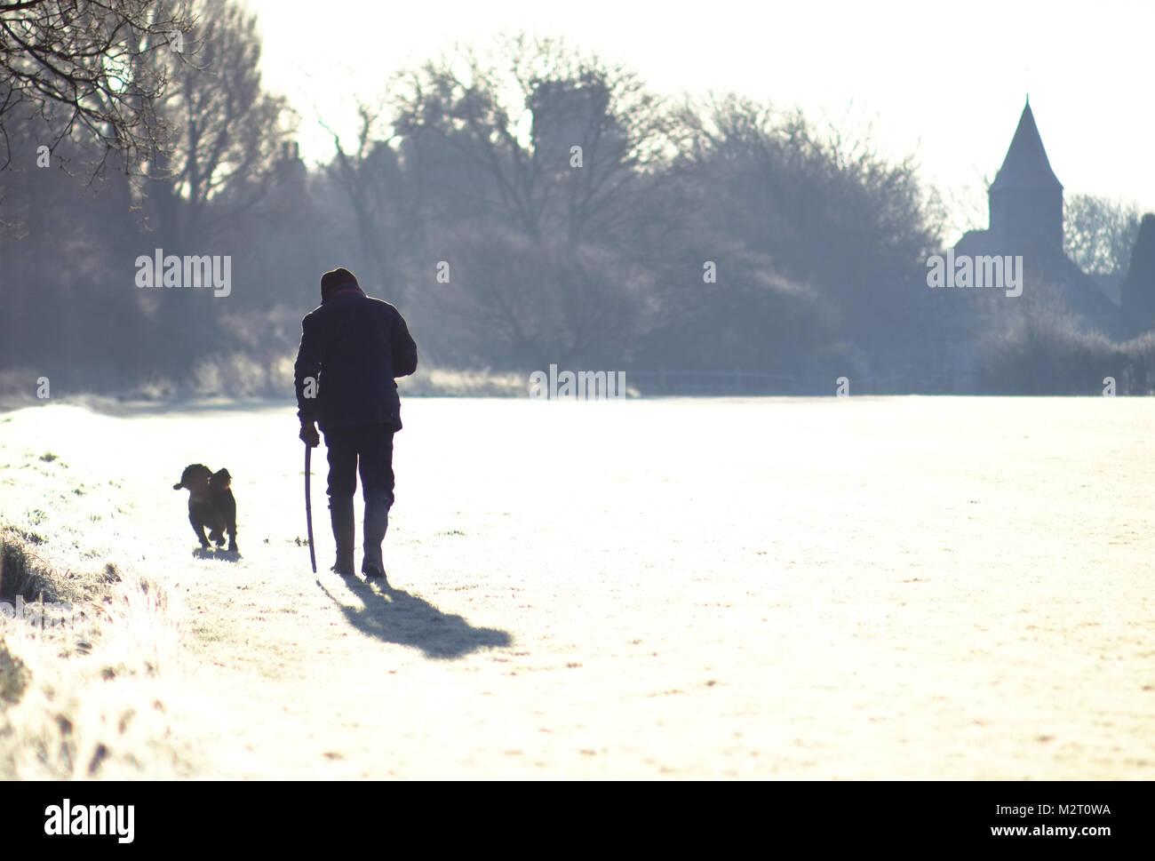 Chalvington, Reino Unido. El 8 de febrero de 2018. Paseadores de perros en un brillante y helada mañana en Imagen De Stock