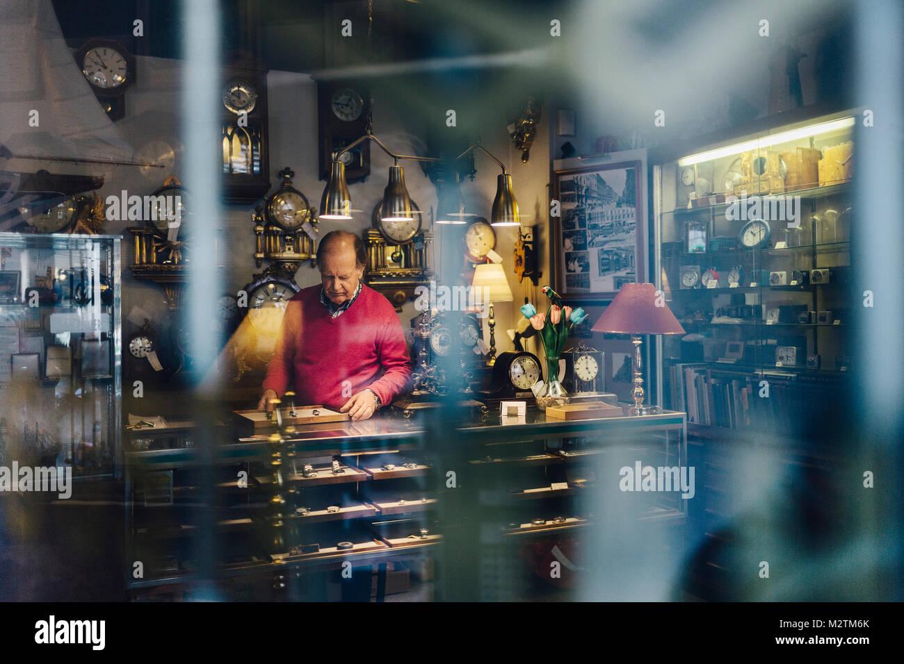 El hombre en el mostrador en la tienda de antigüedades en Suecia Imagen De Stock