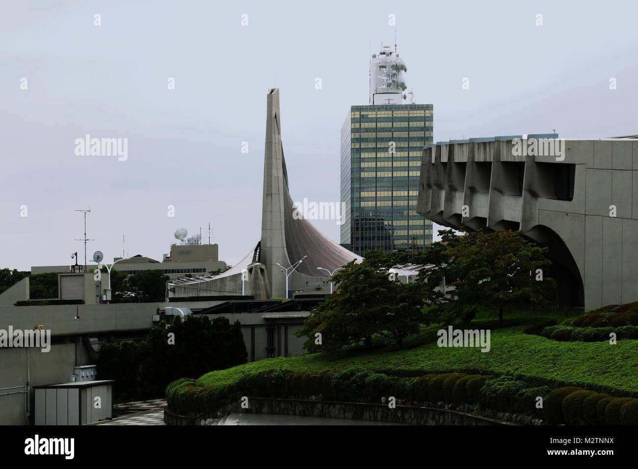 Kenzo Tange diseñado el Gimnasio Nacional Yoyogi (primera Gimnasio primer plano 2º Fondo) construido para los Juegos Olímpicos de 1964. (2017) Foto de stock