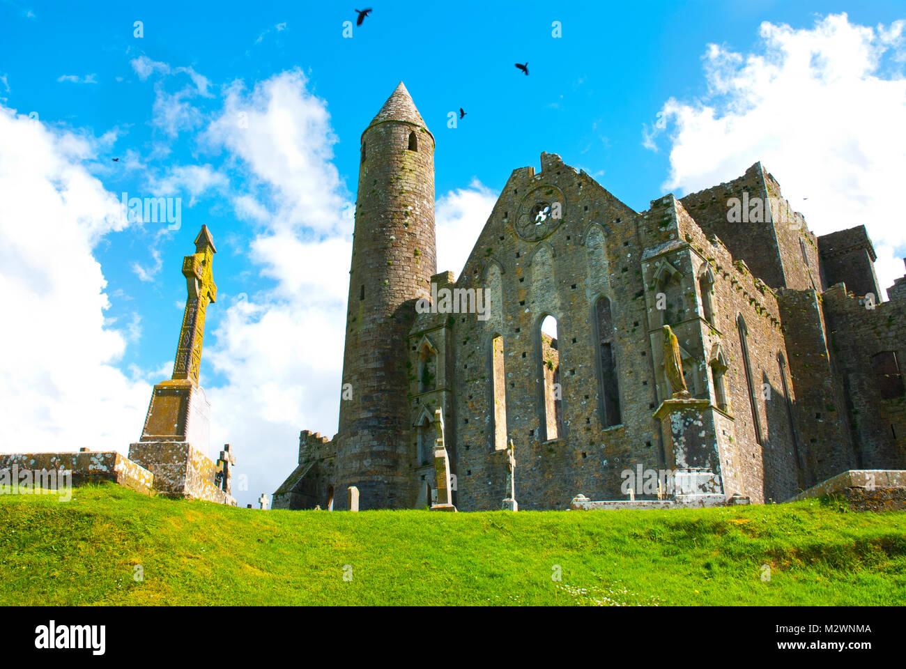 La Roca de Cashel en Irlanda con la cruz Foto de stock