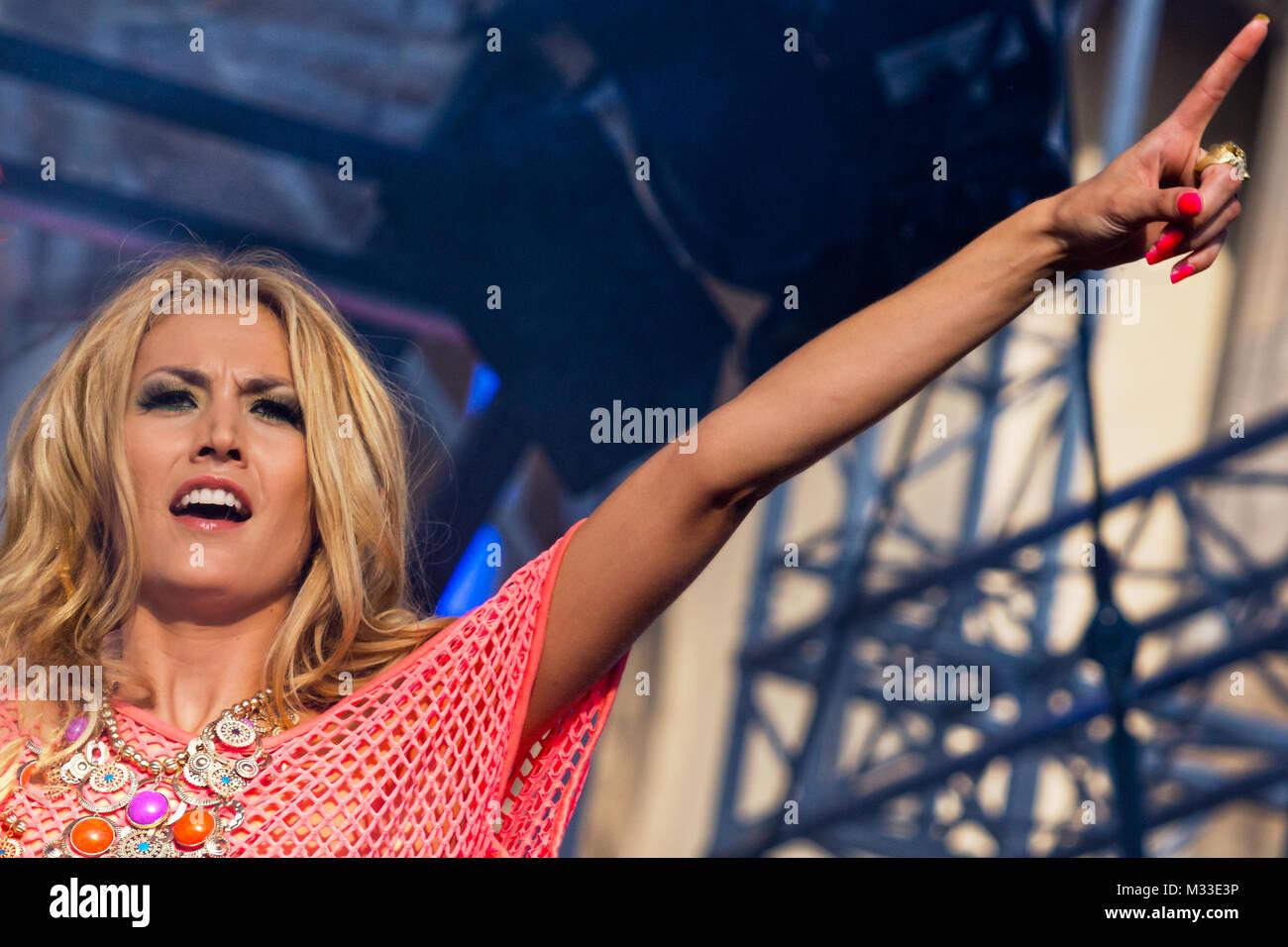 Fiona Erdmann mit ausgestreckten brazo ( Deutsches Fotomodell) auf der Bühne der Fanmeile zur Europameisterschaft 2012 Deutschland gegen Italien am Brandenburger Tor en Berlín. Foto de stock
