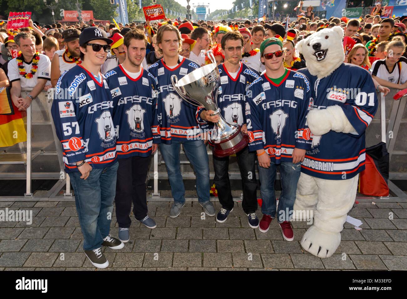 Die Berliner Eisbären mit Pokal im Pressegraben vor der Bühne bei den Fans auf der Fanmeile zur Europameisterschaft 2012 Deutschland gegen Italien am Brandenburger Tor en Berlín. Foto de stock