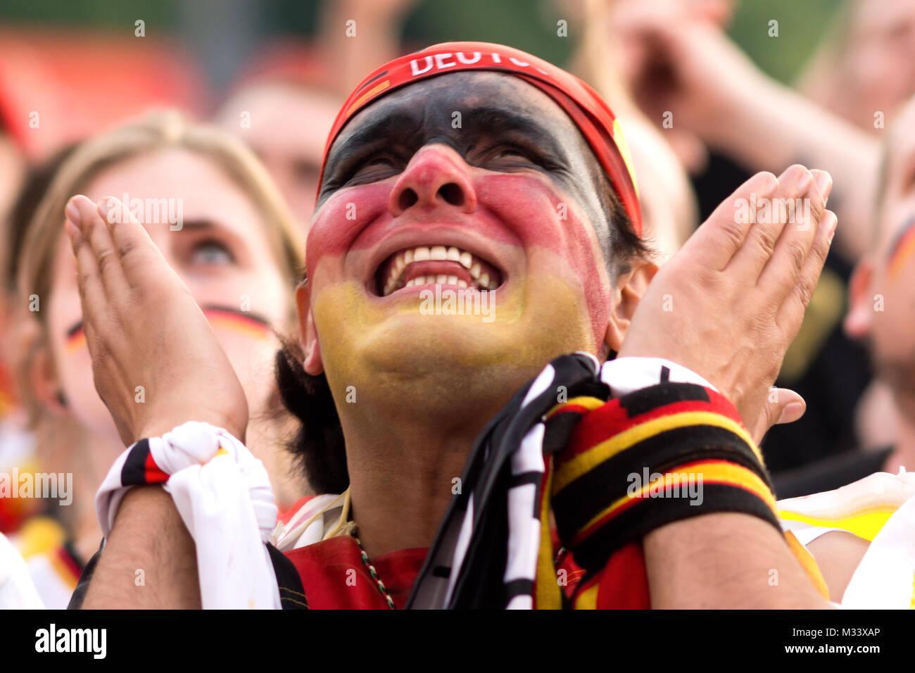 Mit Kopfschmuck männlicher Fussballfan auf der Fanmeile zur Europameisterschaft 2012 Deutschland gegen Griechenland am Brandenburger Tor en Berlín. Foto de stock
