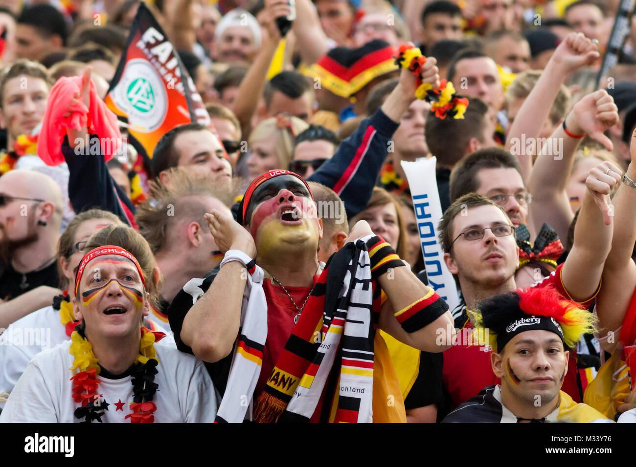Menschenmassen verfolgen auf der riesigen Leinwand und freuen sich auf derFanmeile zur Europameisterschaft 2012 Deutschland gegen Griechenland am Brandenburger Tor en Berlín. Foto de stock