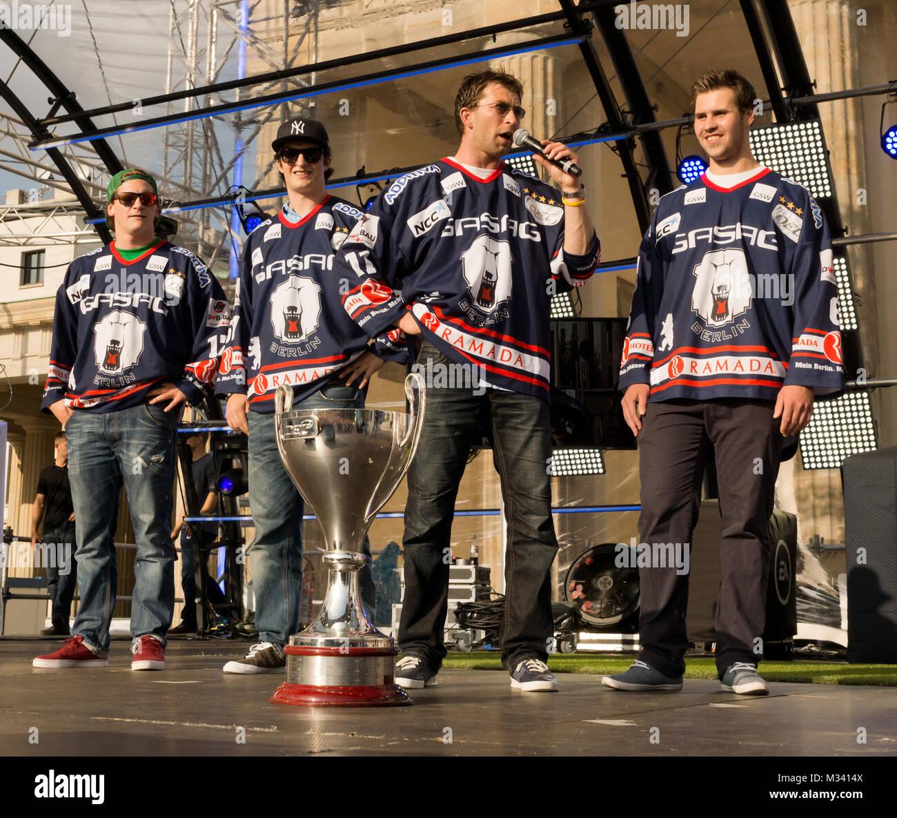 Die Berliner Eisbären mit Pokal auf der Bühne der Fanmeile zur Europameisterschaft 2012 Deutschland gegen Italien am Brandenburger Tor en Berlín. Foto de stock