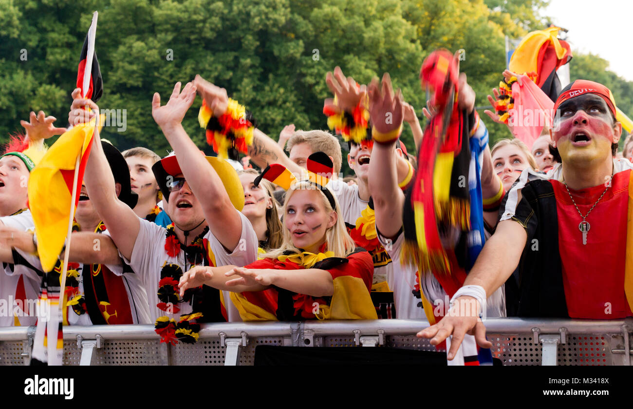Fussbalfans fiebern mit der deutschen Manschaft auf der Fanmeile zur Europameisterschaft 2012 Deutschland gegen Griechenland am Brandenburger Tor en Berlín. Foto de stock