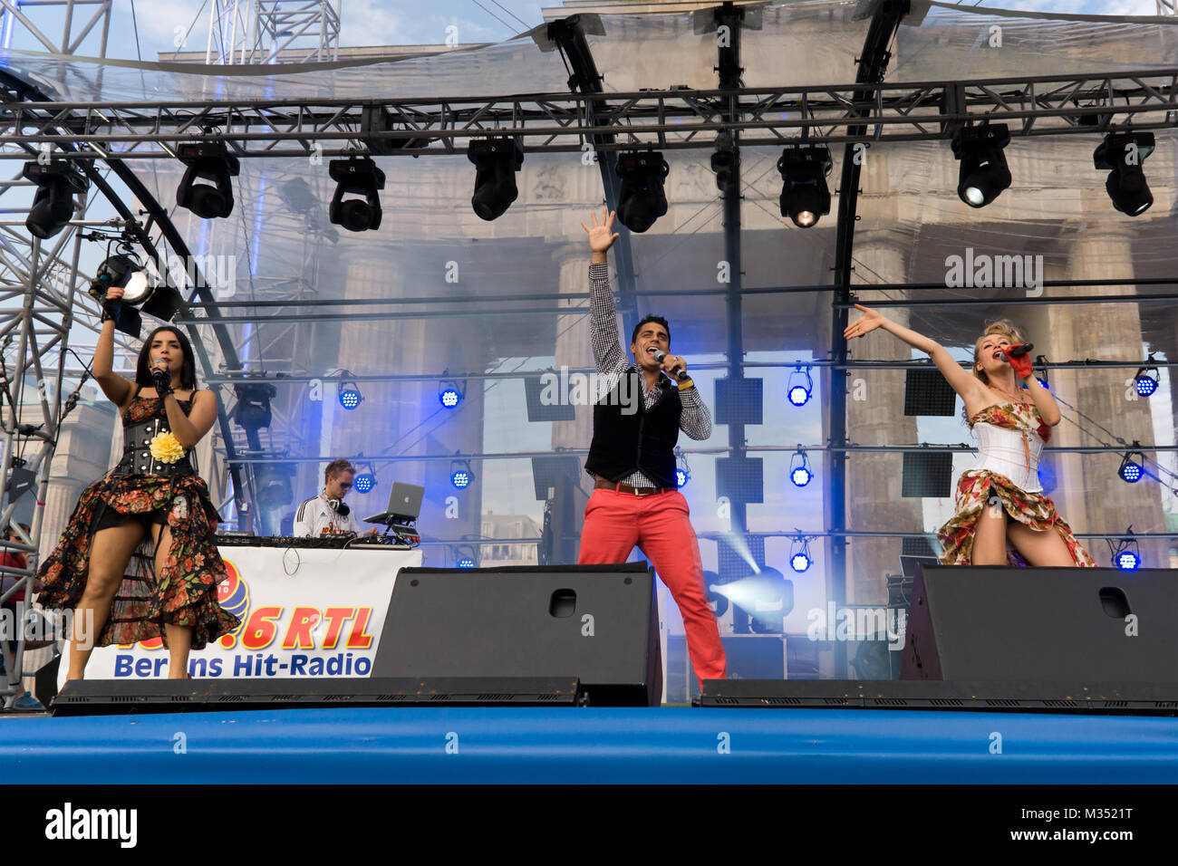 Hot Banditoz, Diba Hakimi, Silva Gonzales und Gabriela Gottschalk (v.l.n.r.), (Latino-Pop) an der Fanmeile auf der Hauptbühne zur Europameisterschaft 2012 am Brandenburger Tor en Berlín. Foto de stock