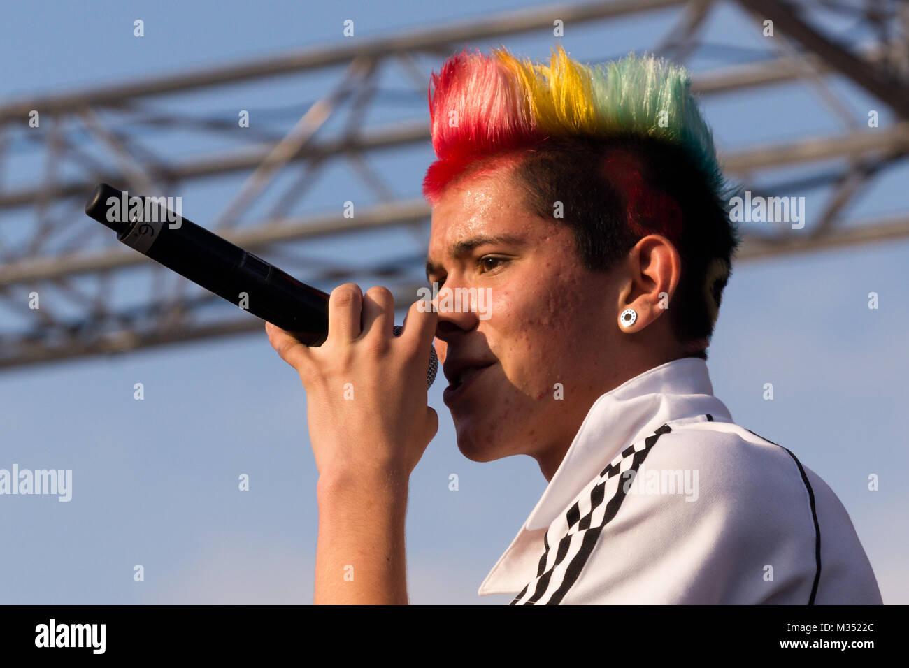 Daniele Negroni mit gefärbten Haaren (belegte Platz 2. bei der neunten Deutschland sucht den Superstar Staffel ) auf der Bühne der Fanmeile zur Europameisterschaft 2012 Deutschland gegen Italien am Brandenburger Tor en Berlín. Foto de stock