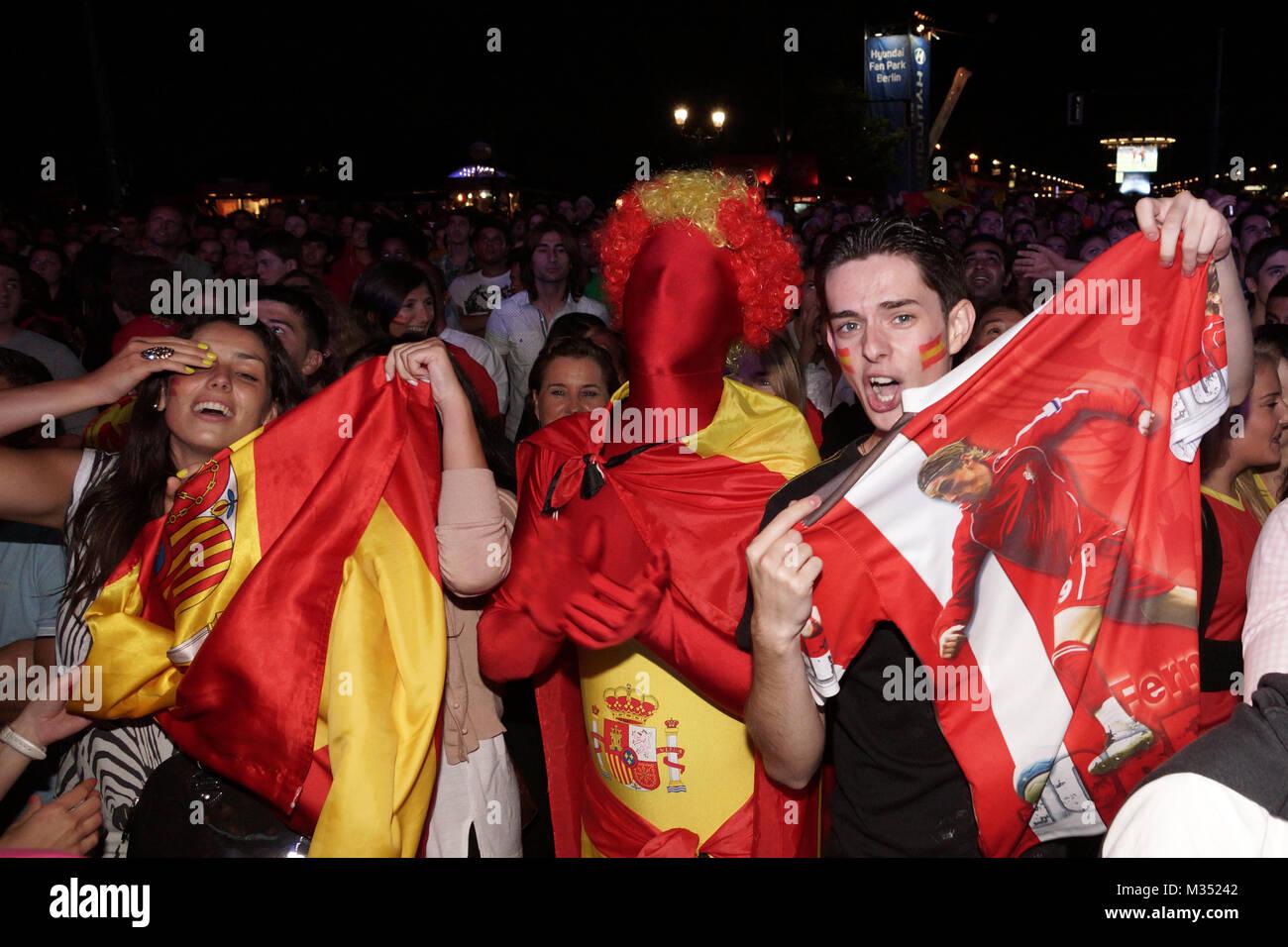 Laut jubelnde Fußballfans beim Sieg von Spanien gegen Italien an der Fanmeile zur Europameisterschaft 2012 am Brandenburger Tor en Berlín. Foto de stock