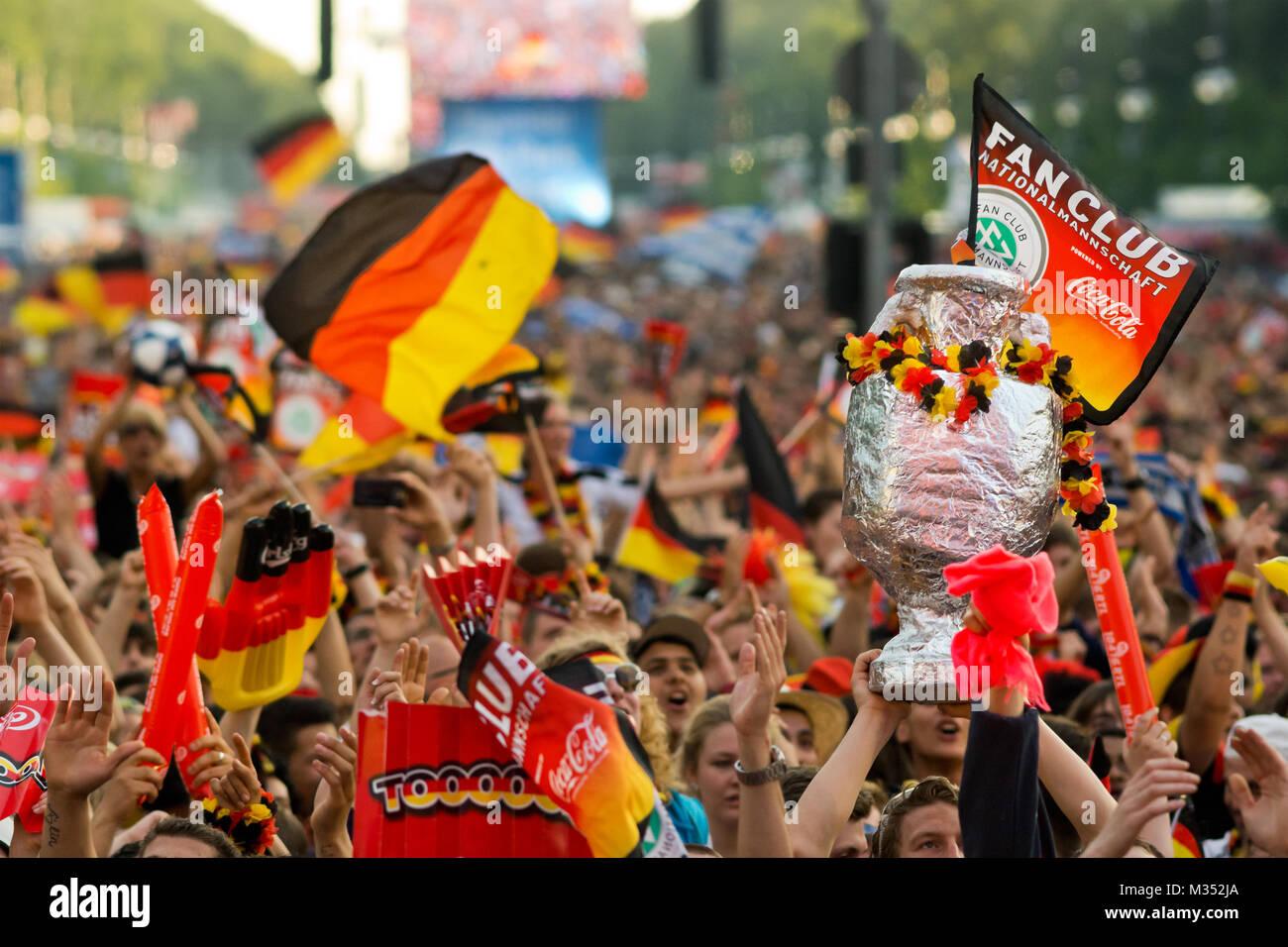 Mit Deutschen Fahnen Menschenmassen wehenden auf der Fanmeile zur Europameisterschaft 2012 Deutschland gegen Griechenland am Brandenburger Tor en Berlín. Foto de stock