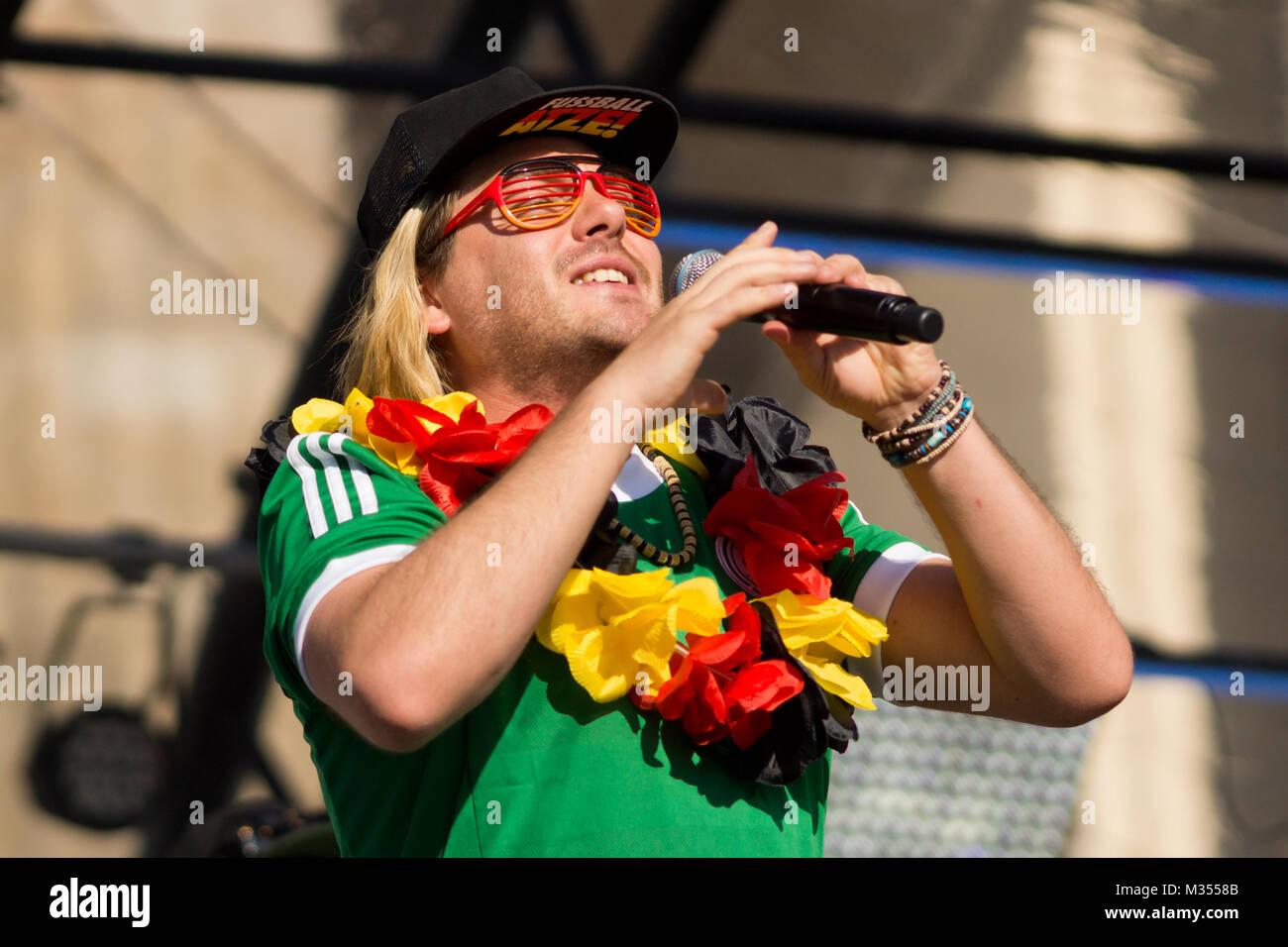Die Atzen auf der Fanmeile zur Europameisterschaft 2012 Deutschland gegen Griechenland am Brandenburger Tor en Berlín. Foto de stock