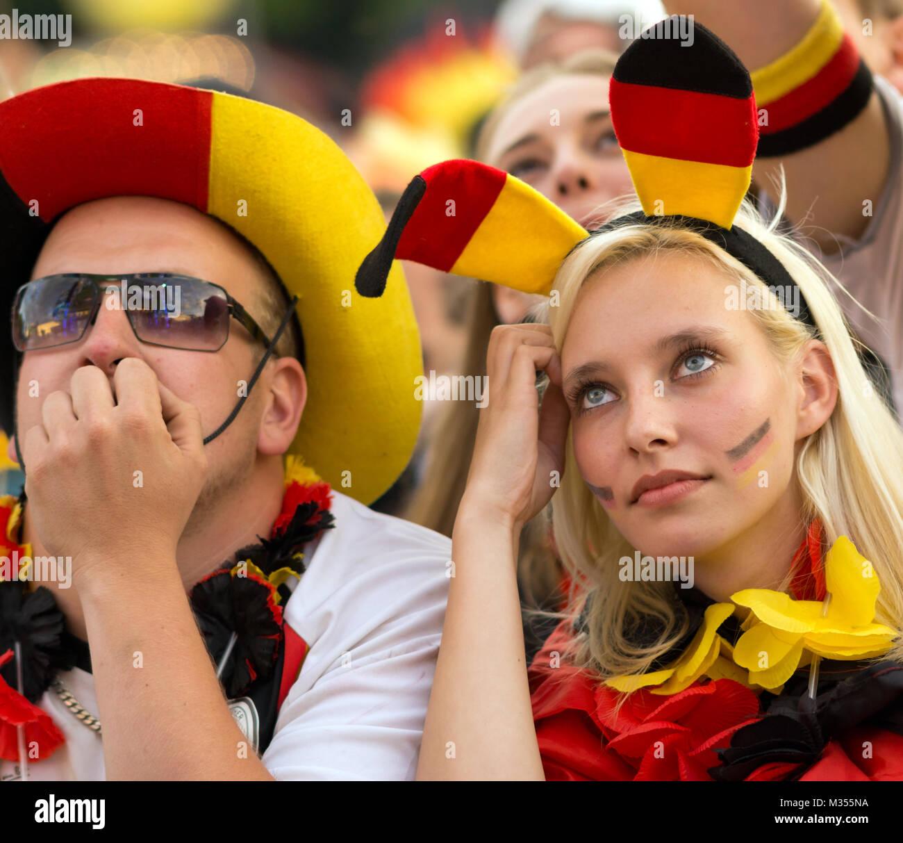 Fussballfans zittern mit der deutschen Fussballmanschat auf der Fanmeile zur Europameisterschaft 2012 Deutschland gegen Griechenland am Brandenburger Tor en Berlín. Foto de stock