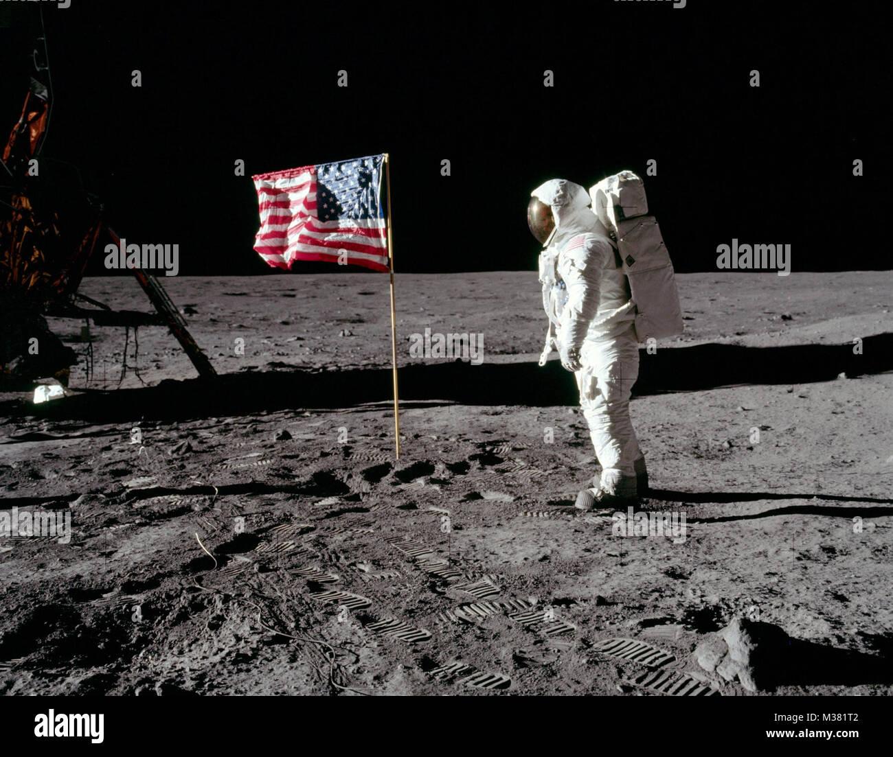"""El astronauta de la Fuerza Aérea de los EE.UU., el Teniente Coronel Edwin """"Buzz"""" Aldrin, después de plantar una Foto de stock"""