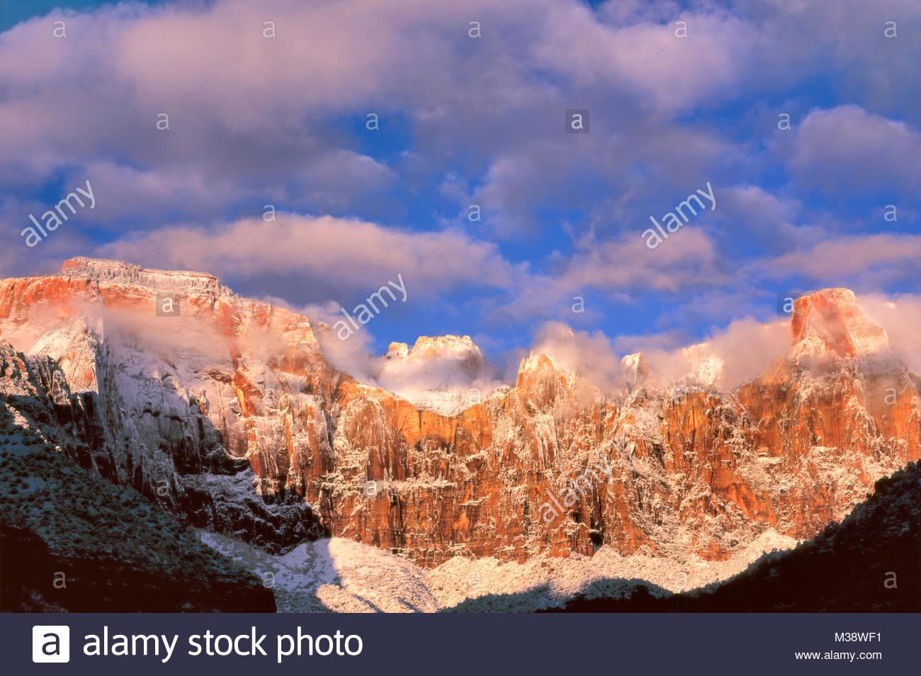 El Templo Oeste y torres de la Virgen después de la tormenta de invierno, el Parque Nacional de Zion, Utah Imagen De Stock