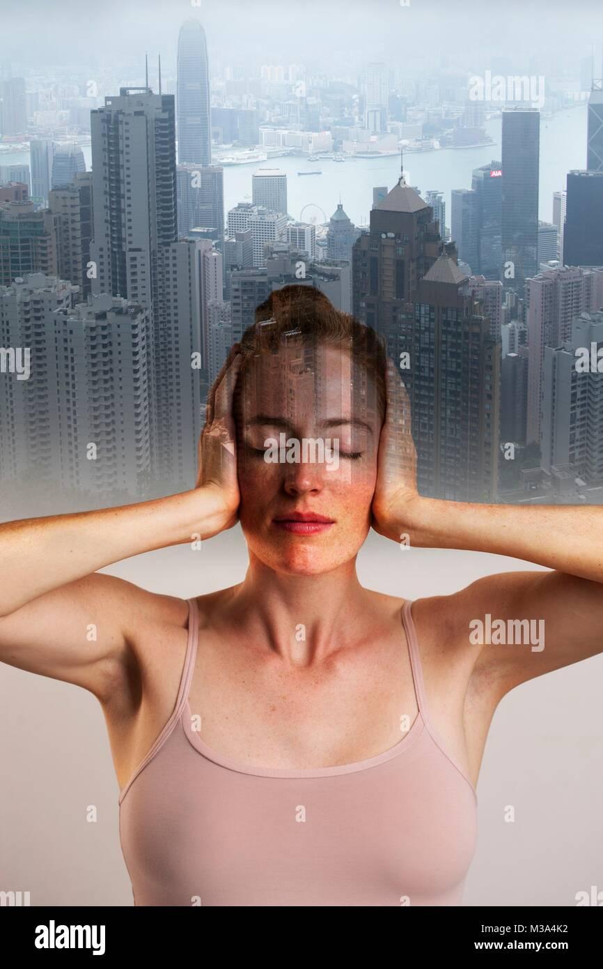 Modelo liberado. Imagen conceptual de mujer que cubren las orejas con los ojos cerrados contra el telón de Imagen De Stock
