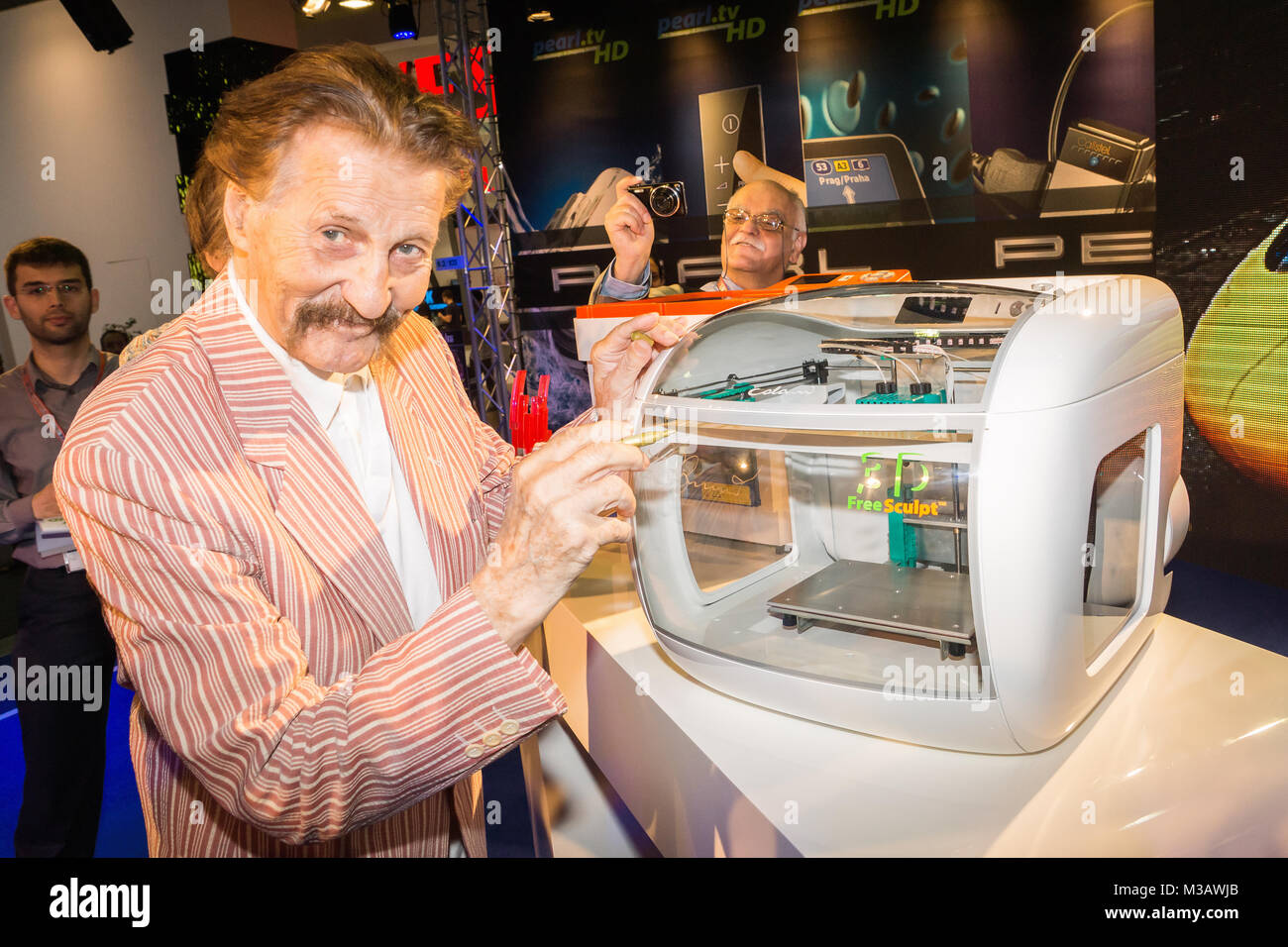El profesor Luigi Colani ( deutscher Industriedesigner) beim Internetversandhandel stellt die neusten Perla 3D gratis Imagen De Stock