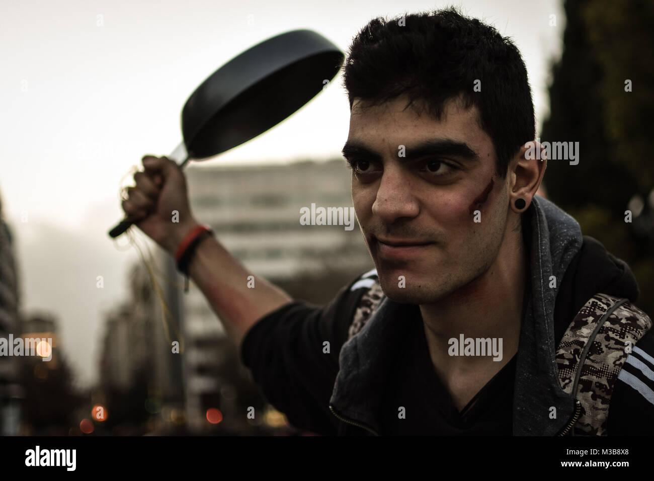 Atenas Grecia 10 Feb 2018 Un Hombre Viste Y Usa El Maquillaje - Maquillaje-zombie-hombre
