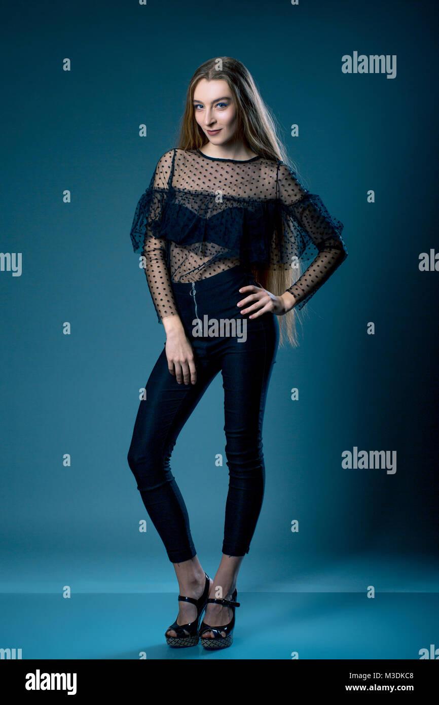 Bella Mujer En Pantalones Negros Y Blusa Transparente Sobre Fondo Gris Azul Prueba De Modelo Fotografia De Stock Alamy