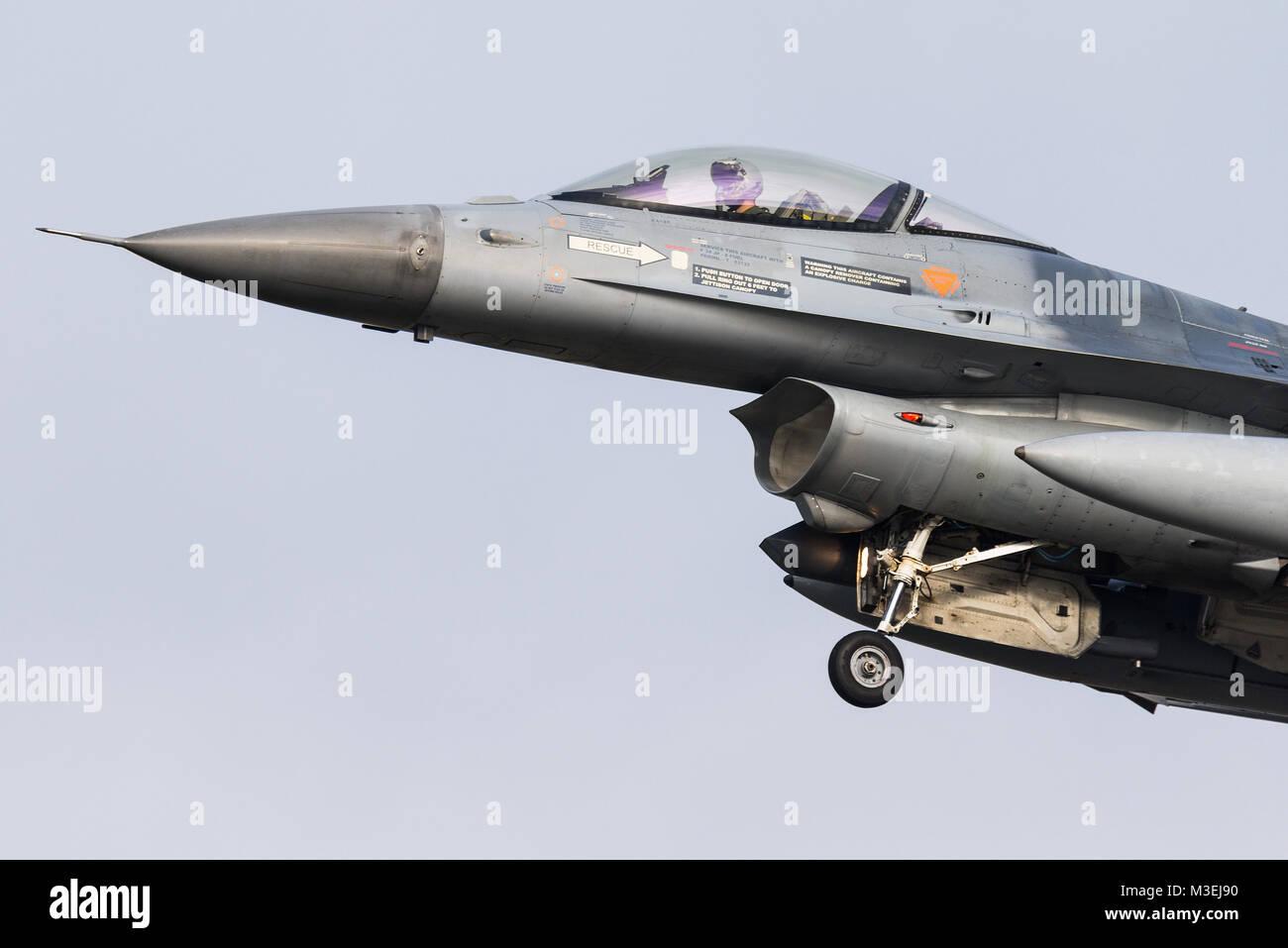 Un avión de combate F-16 de la Fuerza Aérea Belga está listo para aterrizar en la Base Aérea de Kleine Brogel en Bélgica. Foto de stock