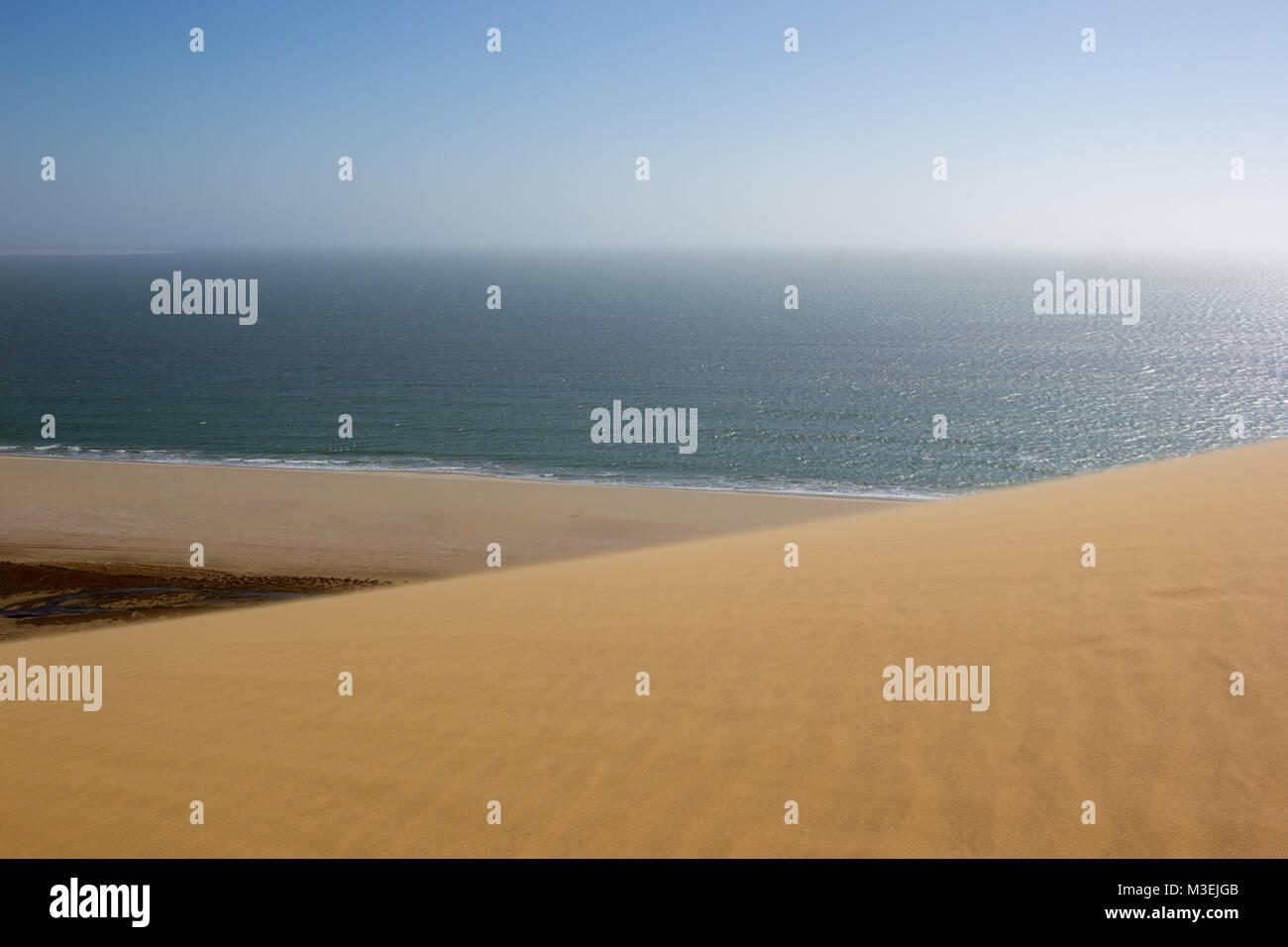 Sandwich Harbour, donde el desierto se encuentra con el océano, Namibia, África Foto de stock