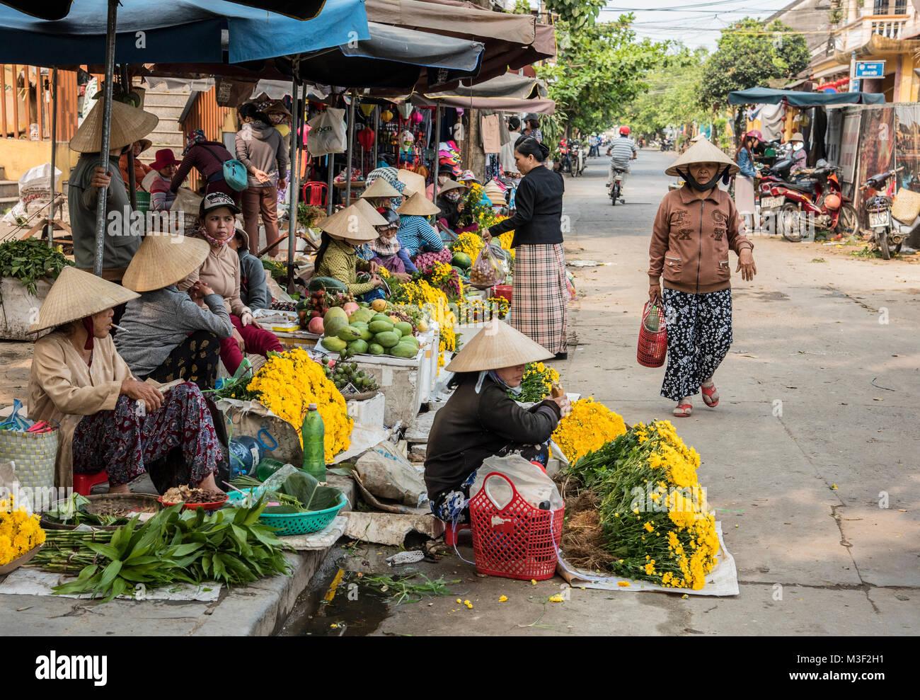 Mercadillo tradicional vietnamita en Hoi An Vietnam sitio patrimonio  mundial de la Unesco. Imagen De 48499b4e177