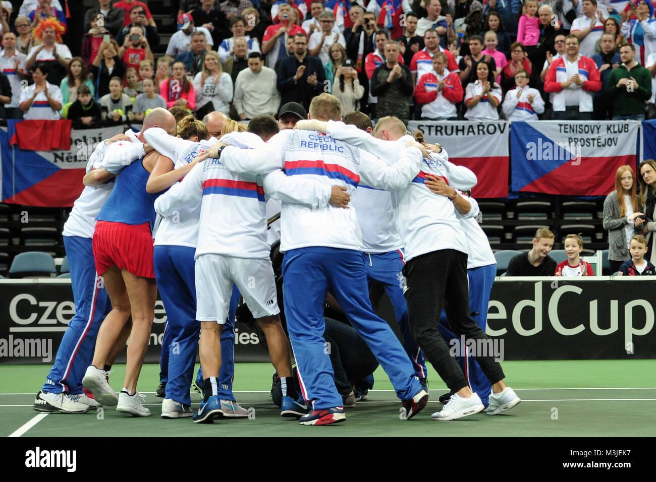 Praga, República Checa. El 11 de febrero, 2018. Equipo de tenis Checa celebra durante la ganadora en su Fed Imagen De Stock