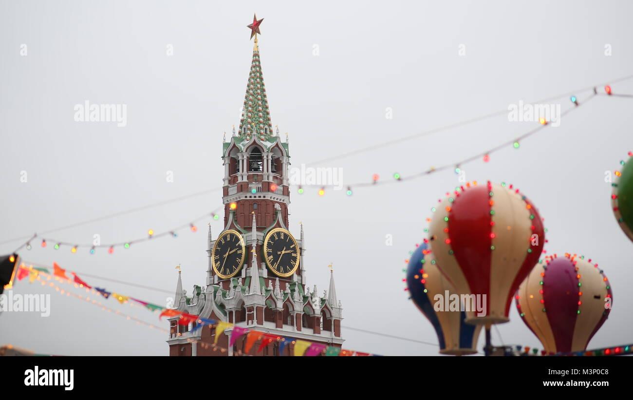 Moscú. Navidad. Atracciones entretenidas en el Kremlin. La gente en las cabinas son atraídos por los globos. Año Foto de stock