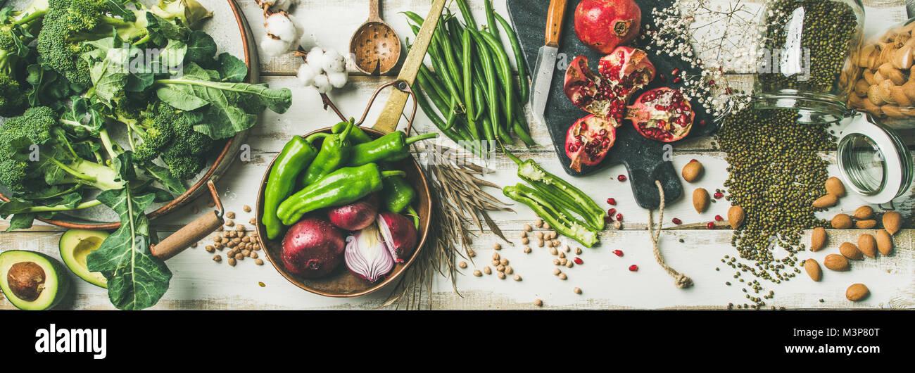 Ingredientes para cocinar comida vegetariana de invierno sobre fondo blanco. Imagen De Stock