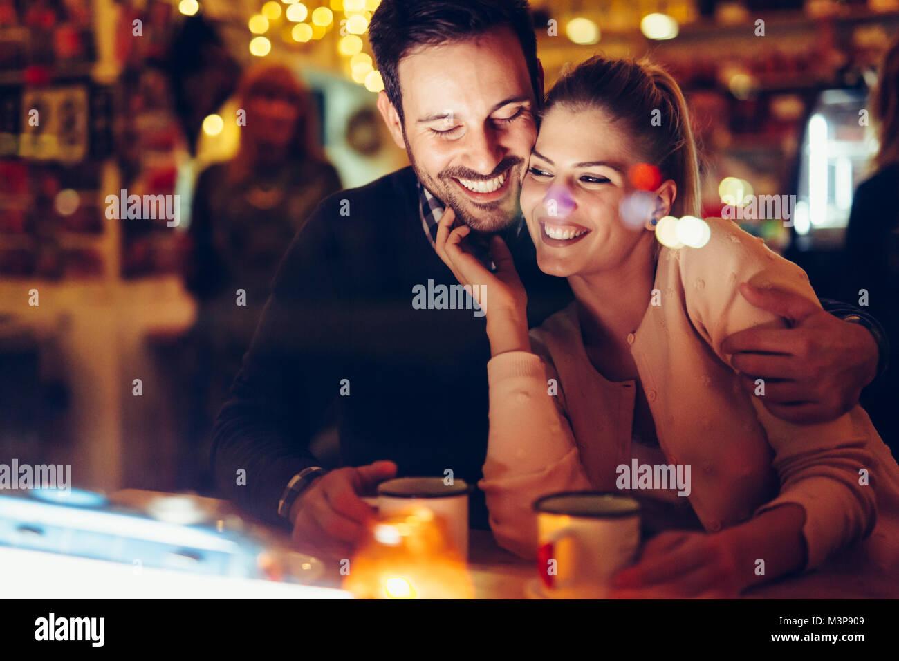 Pareja romántica dating en pub en la noche Imagen De Stock