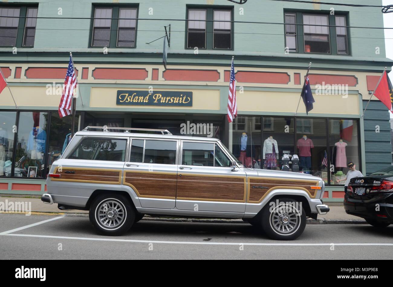 Jeep Grand wagoneer estacionados fuera de la isla búsqueda tienda de ropa newport Rhode Island, EE.UU. Imagen De Stock