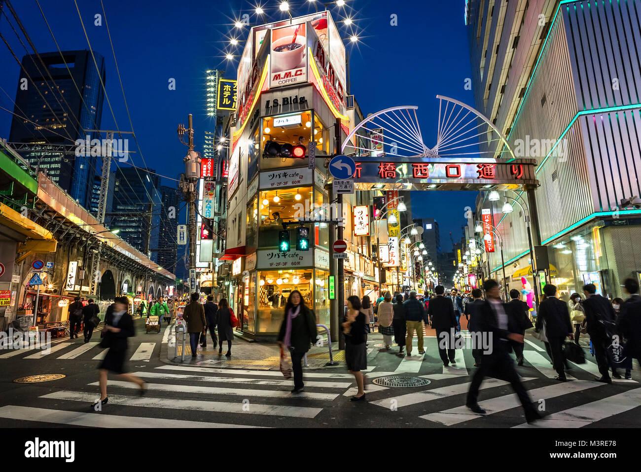 La isla de Japón, Honshu, Kanto, Tokio, por las calles por la noche. Imagen De Stock