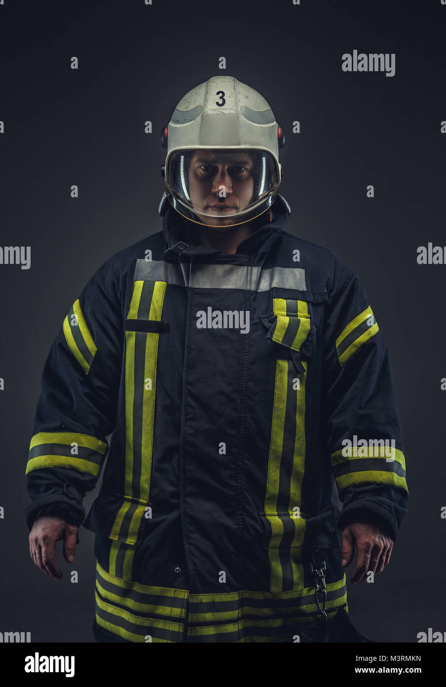 Imagen de bombero en uniforme. Foto de stock