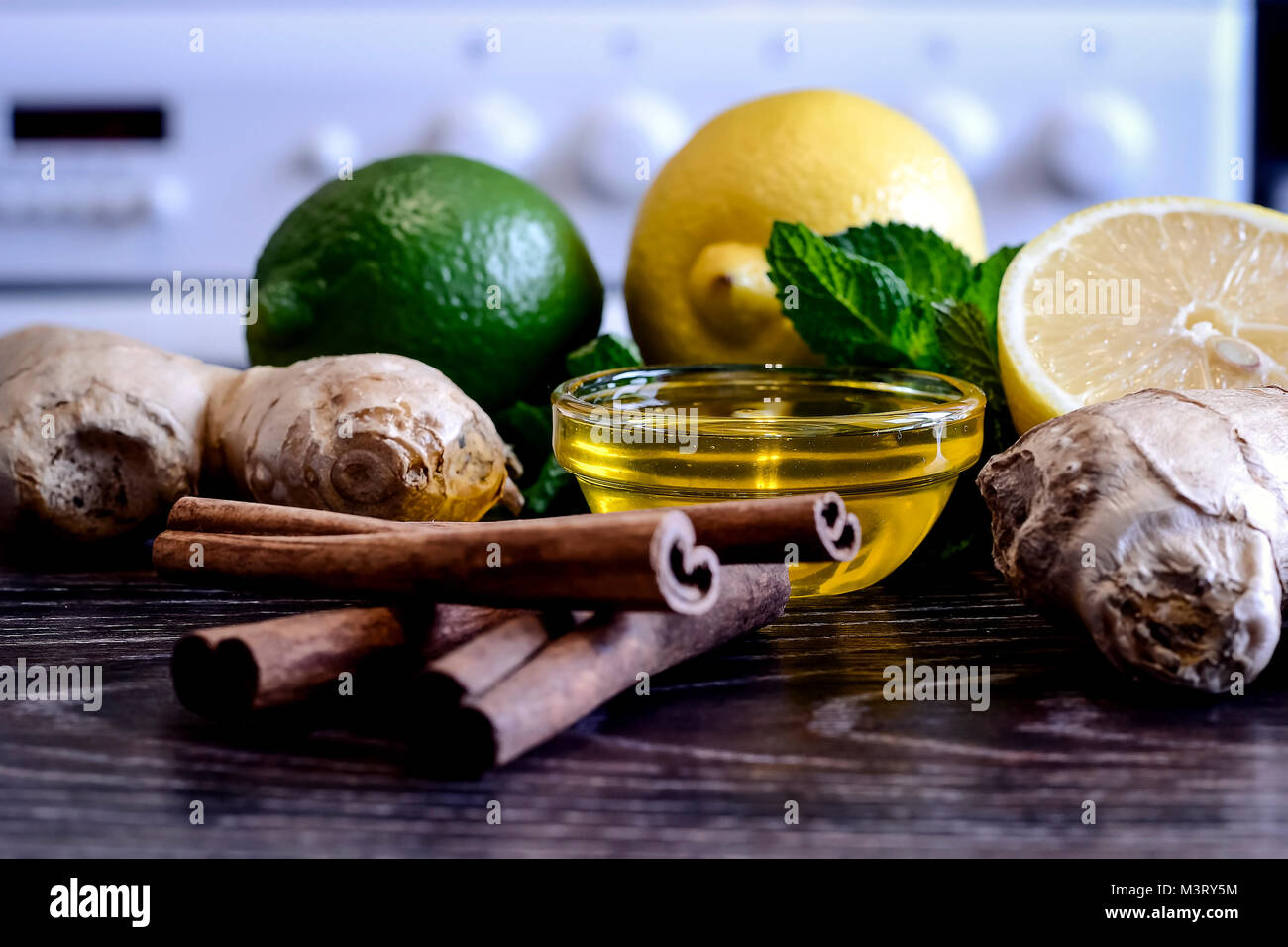 Bebida de el limón sobre la mesa. Limón y jengibre bebida. El w Imagen De Stock