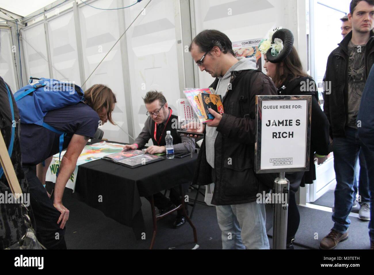 23 de septiembre de 2017, el pensamiento de burbuja Festival de Arte secuencial y Convención de cómic, Leeds, Reino Unido. Expositores tienda cola para el invitado especial, James s ricos. Foto de stock