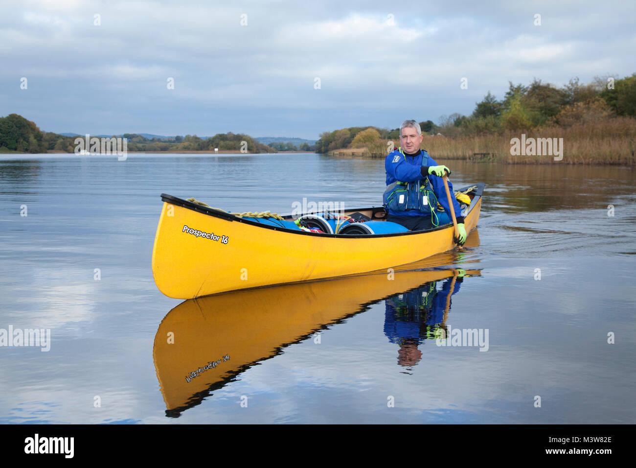 Canotaje cerca Bellanaleck, Upper Lough Erne, en el Condado de Fermanagh, Irlanda del Norte. Imagen De Stock