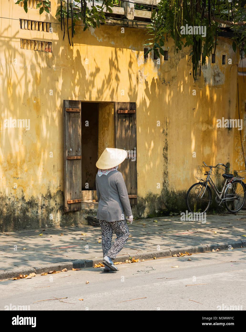 Señora tradicional vistiendo un sombrero cónico en Hoi An Enesco Sitio de  Patrimonio Mundial de la fd93efb4ab8