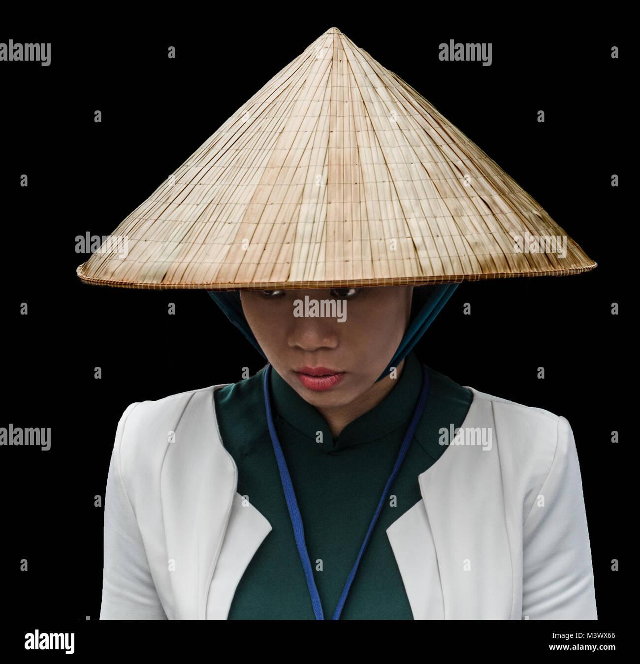Señorita local tradicional sombrero cónico en la ciudad Hoi An Vietnam  Imagen De Stock 71a3df53db3