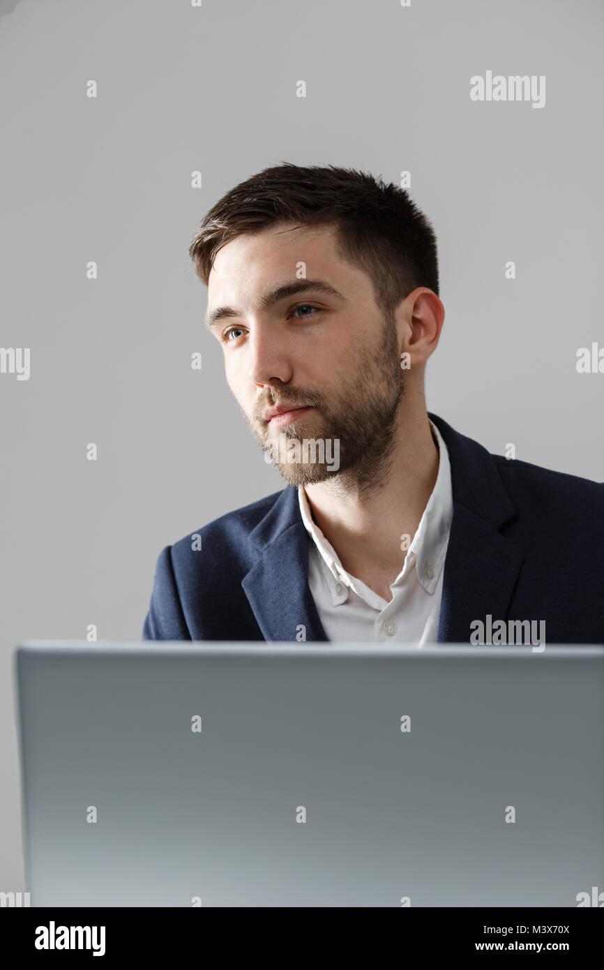 Concepto de negocio - Retrato apuesto hombre de negocios estresantes en traje shock mirando en frente del portátil Imagen De Stock
