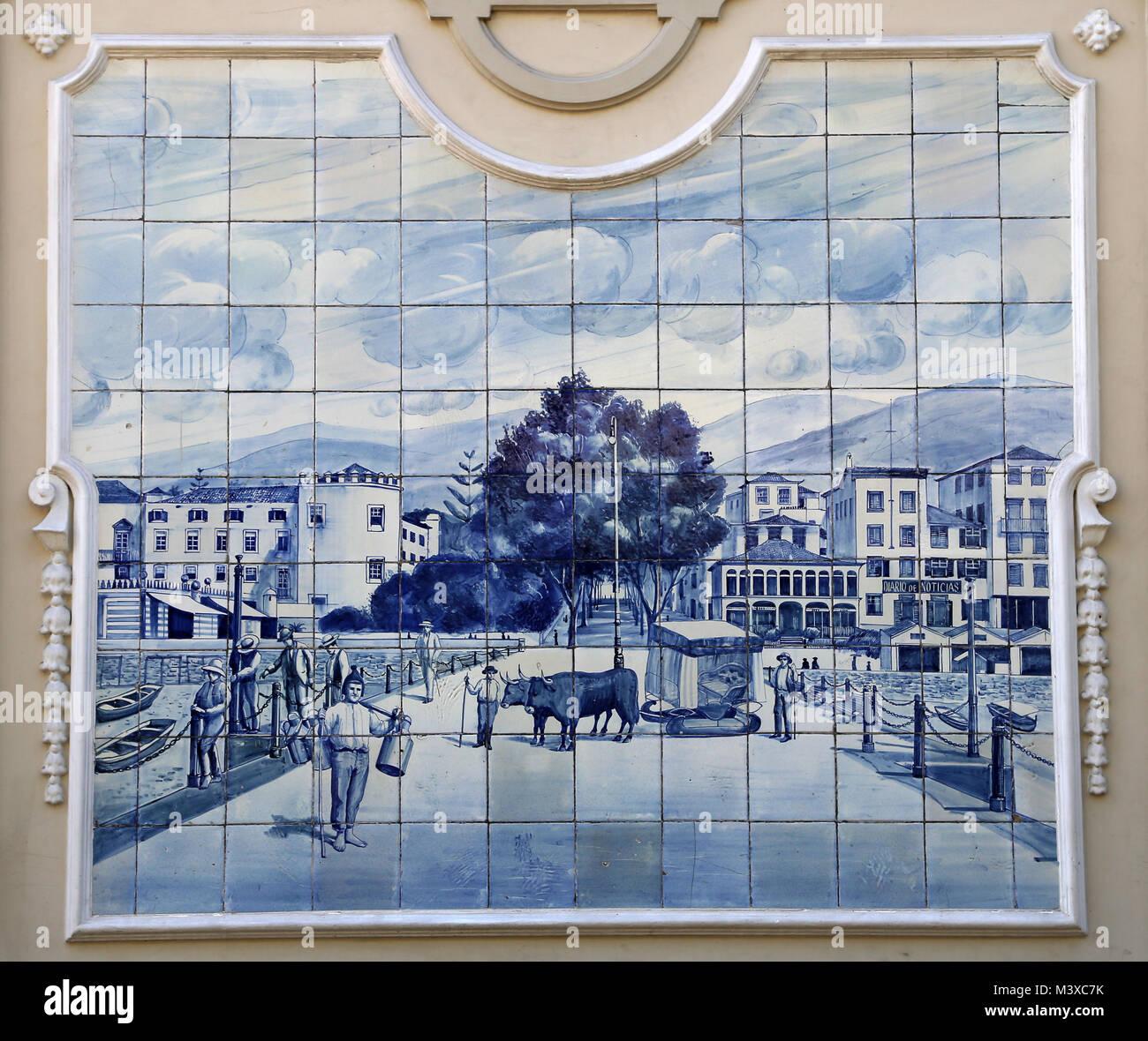 Azulejo del Ritz Cafe. Azulejos de cerámica azul vidriada representando escena rural. Alrededor de 1908. Funchal, Imagen De Stock