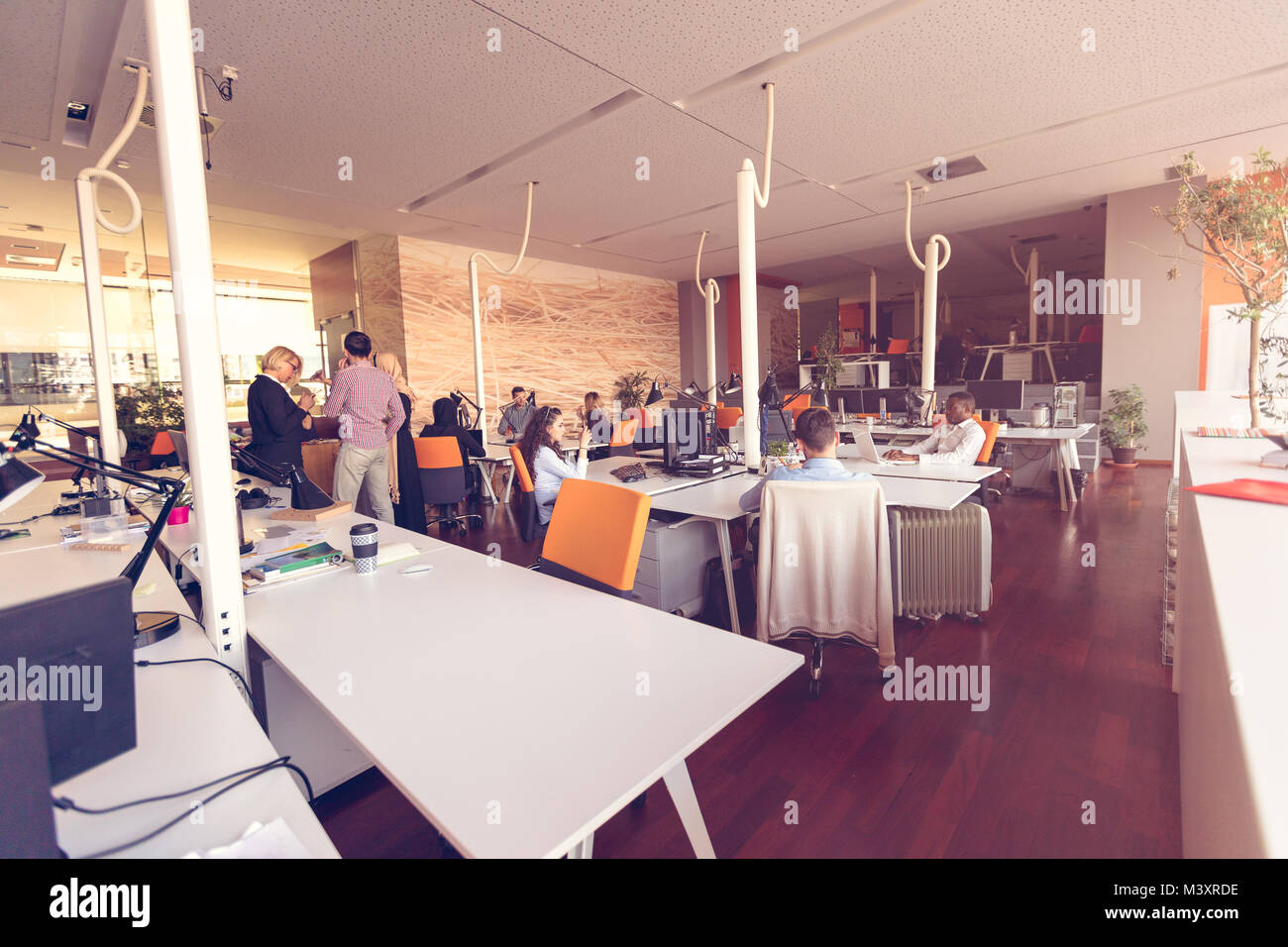 Gente de negocios inicio grupo de trabajo cotidiano en la oficina moderna Imagen De Stock