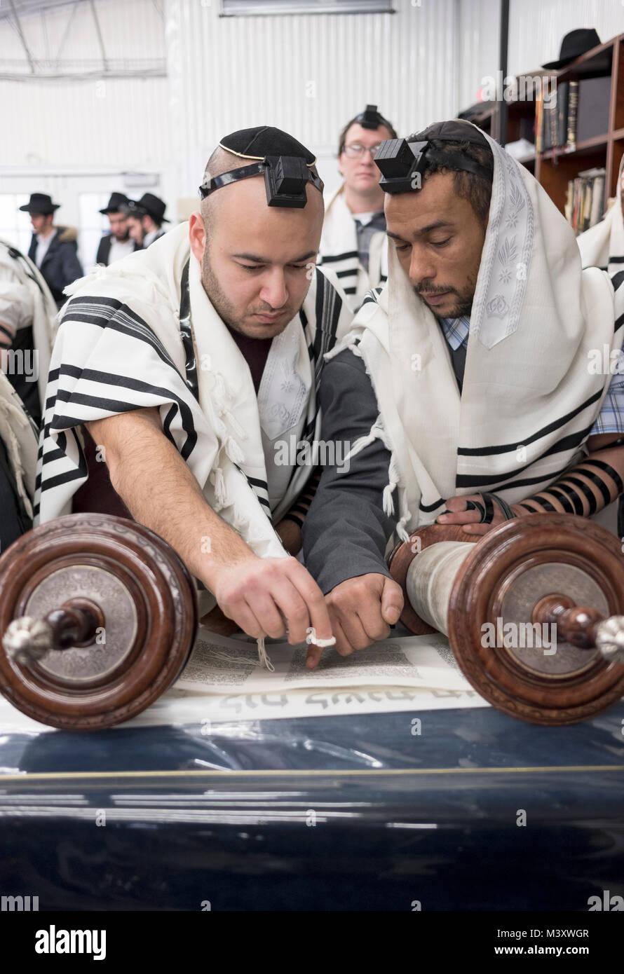 Un hombre judío religioso (l) es llamado a la Torá y se muestra ...